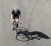 Compitiendo con al ciclista en el ciclo famoso compita con la guarida Henninger Turm de Rund um Foto de archivo libre de regalías