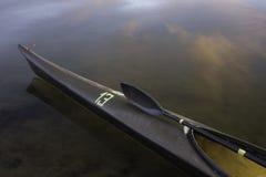 Compitiendo con el kajak, la paleta del ala, calma el lago Fotografía de archivo