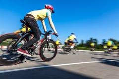 Compitiendo con la bici, movimiento borrosa Fotos de archivo libres de regalías