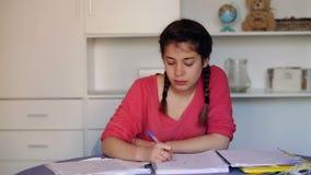 Compito completo dello studente che homeschooling video d archivio