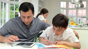 Compito di Helping Children With del padre stock footage