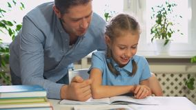 Compito di Helping Daughter With del padre stock footage
