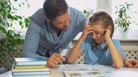 Compito di Helping Daughter With del padre archivi video
