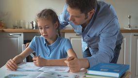 Compito di Helping Daughter With del padre video d archivio
