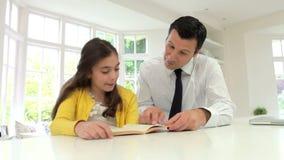 Compito di Helping Daughter With del padre in cucina video d archivio