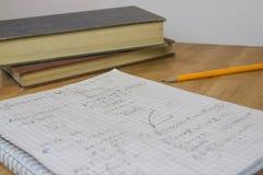 Compito di per la matematica con la matita ed i libri Immagini Stock Libere da Diritti