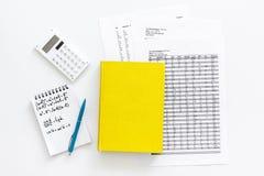 Compito di per la matematica Manuale di per la matematica o strato vicino d'istruzione con i numeri, countes, calcolatore, taccui Immagini Stock