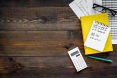Compito di per la matematica Manuale di per la matematica o strato vicino d'istruzione con i numeri, countes, calcolatore, taccui Fotografia Stock