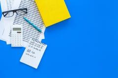 Compito di per la matematica Manuale di per la matematica o strato vicino d'istruzione con i numeri, countes, calcolatore, taccui Fotografia Stock Libera da Diritti