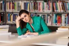 Compito femminile di Stressed About Her dello studente di college Immagine Stock