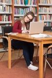 Compito femminile di Stressed About Her dello studente di college Fotografia Stock Libera da Diritti