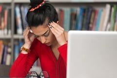 Compito femminile di Stressed About Her dello studente di college Fotografia Stock