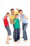 Complète le famille dans des T-shirts lumineux Image libre de droits