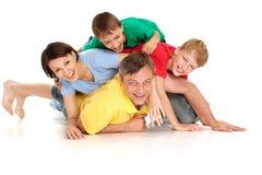 Complète le famille dans des T-shirts lumineux Images libres de droits