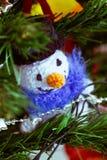 Complètement de belle couleur et orné avec l'amigurumi un arbre de Noël Images libres de droits