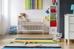Complètement de couleurs et de la pièce spacieuse de bébé Photos libres de droits