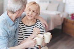 Complètement de l'épouse pluse âgé et du mari d'amour buvant du café aromatique Image libre de droits
