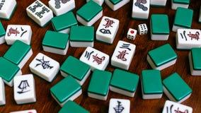 Complètement des tuiles de Mahjong sur le fond en bois de table Image stock