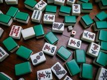 Complètement des tuiles de Mahjong sur le fond en bois de table Photos libres de droits
