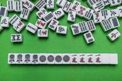 Complètement des tuiles de Mahjong sur le fond vert Photographie stock libre de droits