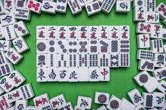 Complètement des tuiles de Mahjong sur le fond vert Photos libres de droits