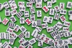 Complètement des tuiles de Mahjong sur le fond vert Image stock