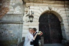 Complètement du marié élégant d'amour avec la jeune mariée blonde de luxe sur le backg Image libre de droits