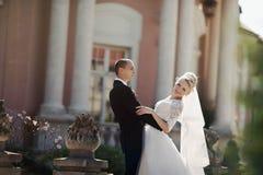 Complètement du marié élégant d'amour avec la jeune mariée blonde sur le fond Photo stock