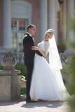 Complètement du marié élégant d'amour avec la jeune mariée blonde sur le fond Photo libre de droits