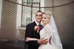 Complètement du marié élégant d'amour avec la jeune mariée blonde sur le fond Image stock