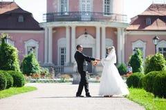 Complètement du marié élégant d'amour avec la jeune mariée blonde sur le fond Image libre de droits
