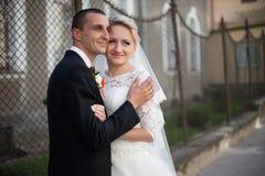 Complètement du marié élégant d'amour avec la jeune mariée blonde sur le fond Photographie stock libre de droits