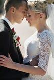 Complètement du marié élégant d'amour avec la jeune mariée blonde sur le fond Photos libres de droits