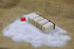 Complètement du sel naturel de mer sur une bouteille en verre avec amour rouge Photo libre de droits