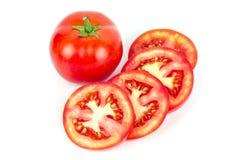 Complètement et une tomate coupée en tranches d'isolement photographie stock libre de droits