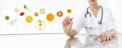 Compléments alimentaires sains concept, main de docteur de nutritionniste photo libre de droits