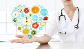Compléments alimentaires sains concept, main de docteur de nutritionniste photographie stock