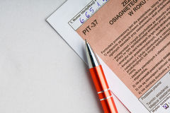 Compléter la feuille d'impôt individuelle polonaise PIT-37 pendant l'année 2013 Photos stock