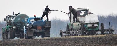 Compléter le champ des machines agricoles Images stock