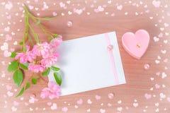 Complétez en bas de la carte de Valentine de la bougie et du bouquet en forme de coeur roses Photo stock