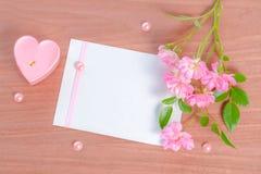 Complétez en bas de la carte de Valentine de la bougie et du bouquet en forme de coeur roses Images libres de droits