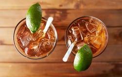 Complétez en bas de la photo de deux verres de thé glacé Image stock
