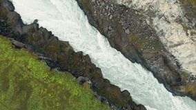 Complétez en bas de la vue aérienne de la rivière rapide avec la rapide entourée par le canyon clips vidéos