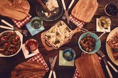 Complétez en bas de la vue des plats en bois avec des plats de nourriture Photographie stock