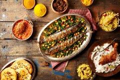 Complétez en bas de la vue sur le style cuit au four d'Indien de poissons images libres de droits
