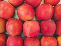 Complétez en bas de la vue sur une boîte de pommes images stock