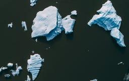 Complétez en bas du tir aérien des icebergs en Islande photographie stock libre de droits
