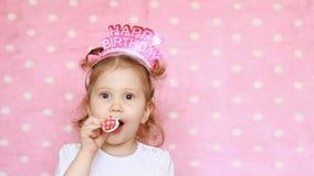 Compleanno Corno felice e sorridere del colpo della ragazza del bambino archivi video