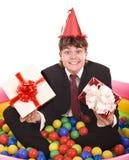 Compleanno dell'uomo d'affari con il contenitore di regalo. Fotografia Stock Libera da Diritti