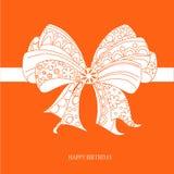 Compleanno della carta di congratulazione buon, arco ornamentale bianco su fondo rosso luminoso, vettore Fotografia Stock